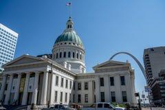 Altes Gericht u. St. Louis Arch Lizenzfreies Stockfoto