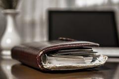Altes Geschäftsnotizbuch, tablet auf dem Tisch Lizenzfreie Stockbilder