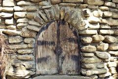 Altes gewölbtes Fenster in der mittelalterlichen Art Lizenzfreie Stockfotografie