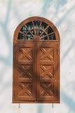 Altes gewölbtes hölzernes Fenster auf weißer Wand mit Schatten von Baumkleie Lizenzfreie Stockfotos