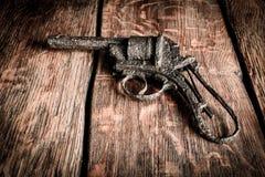 Altes Gewehr auf Holz Stockfotografie