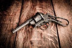 Altes Gewehr auf Holztisch Stockfoto