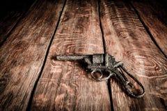 Altes Gewehr auf Holztisch Stockbild