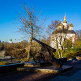Altes Gewehr nahe der Kirche in Chernihiv Lizenzfreie Stockfotos