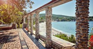 Altes geworfenes adriatisches Meer Montenegro Zanjic authentischer Strand des Cafés Stockfoto