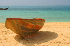 Altes geworfenes Boot auf einem Strand lizenzfreie stockfotografie