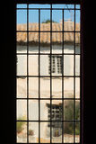 Altes Glimmerfenster in Provence Stockbild