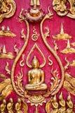Altes goldenes schnitzendes hölzernes Fenster des thailändischen Tempels. Stockbild