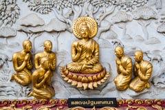 Altes goldenes schnitzendes hölzernes Fenster des thailändischen Tempels. Stockfoto