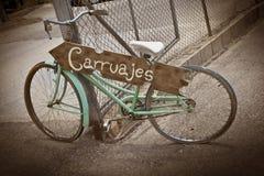 Altes grünes Fahrrad und weißer Sattel benutzt als Dekoration lizenzfreies stockfoto