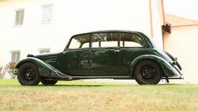 Altes grünes Auto Stockfoto