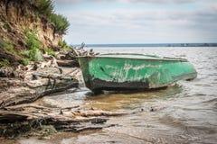 Altes grünes Boot mit Rudern lizenzfreies stockfoto