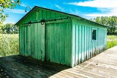 Altes grünes Dockhaus Stockfoto