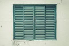 Altes grünes Fenster auf einer gebrochenen Wand Stockfotografie