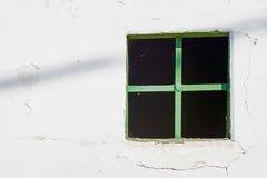 Altes grünes Fenster auf gebrochener Wand Stockfotografie