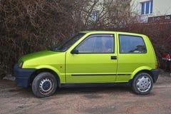 Altes grünes Fiat Cinquecento parkte Lizenzfreies Stockfoto
