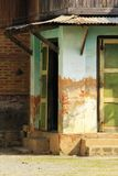 Altes grünes Gebäude, Zement vergipst, um den Ziegelstein zu sehen stockfoto