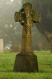 Altes Grab im nebelhaften Friedhof auf kaltem Morgen Stockfotografie