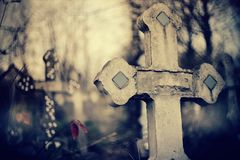 Altes Grab- Kreuz am Kirchhof lizenzfreie stockfotografie