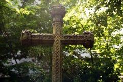 Altes Grabkreuz mit Spinnennetzen Lizenzfreie Stockbilder