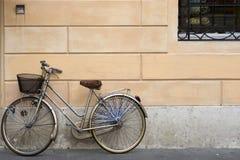 Altes graues Fahrrad Stockbild