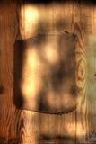 Altes grungy Papier auf harter hölzerner Planke stockfotos