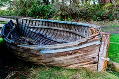 Altes gut benutztes Reihen-Boot Mayne Island Stockbilder