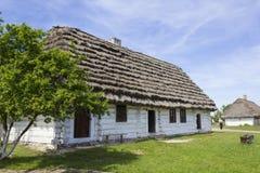 Altes Häuschen im Museum Tokarnia nahe Kielce, Polen Stockfotografie