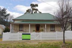 Altes Häuschenhaus zu verkaufen Stockfoto