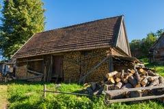 Altes hölzernes Bauernhaus in den Karpaten Lizenzfreies Stockbild