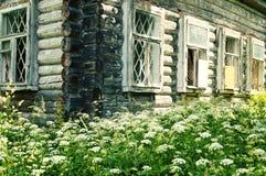 Altes hölzernes Blockhaus im russischen Dorf stockfotos
