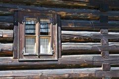 Altes hölzernes Blockhausfenster Lizenzfreies Stockbild
