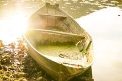 Altes hölzernes Boot angeschwemmt auf dem Ufer lizenzfreies stockfoto