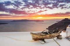 Altes hölzernes Boot auf Dach in Firostefani, Santorini-Insel, Griechenland Stockfoto
