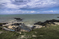 Altes hölzernes Boot auf den Strand gesetzt Stockbild