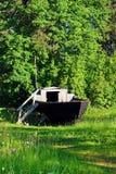 Altes hölzernes Boot auf der grünen Wiese Lizenzfreie Stockbilder