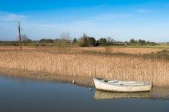 Altes hölzernes Boot auf Fluss im Suffolk England Stockfoto