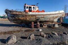 Altes hölzernes Boot auf Ufer Stockfotografie