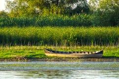 Altes hölzernes Boot in Delta dunarii Stockbilder