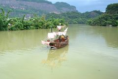 Altes hölzernes Boot geparkt im Fluss Lizenzfreie Stockbilder