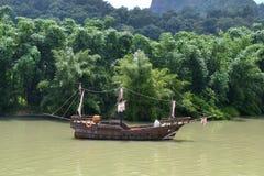 Altes hölzernes Boot geparkt im Fluss Lizenzfreies Stockfoto