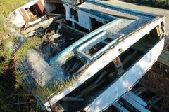 Altes hölzernes Boot mit Anlagen am Sommertag Lizenzfreies Stockfoto