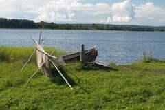 Altes hölzernes Boot und Fischernetz Stockbild