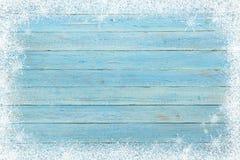 Altes hölzernes Brett mit Schneeflocken Abstraktes Hintergrundmuster der weißen Sterne auf dunkelroter Auslegung Draufsicht mit K Stockfoto