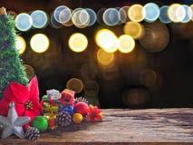 Altes hölzernes Brett und Dekorationen im Raum verfügbar für die Platzierung von Gegenständen Hintergrund bokeh sprudelt bunt Wei Lizenzfreie Stockfotografie