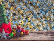 Altes hölzernes Brett und Dekorationen im Raum verfügbar für die Platzierung von Gegenständen Hintergrund bokeh sprudelt bunt Wei Lizenzfreies Stockfoto