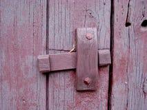 Altes hölzernes für rote purpurrote Kalkfarbe des Scharniers lizenzfreie stockfotografie