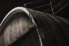 Altes hölzernes Fass in der dunklen Weinkellerei, Abschluss oben Lizenzfreie Stockfotos