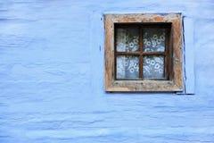 Altes hölzernes Fenster auf blauer Wand Stockbilder