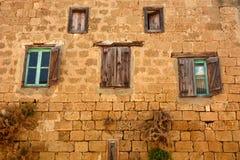 Altes hölzernes Fenster auf brauner Backsteinmauer stockfoto